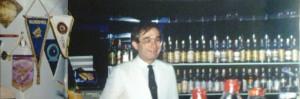 Miro con alle spalle la sua whiskyteca dove erano esposte alla mescita oltre 900 etichette di gran pregio