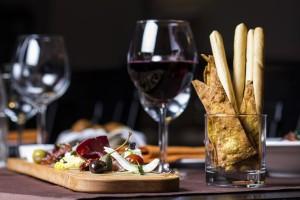 Il vino è elemento essenziale all'aperitivo