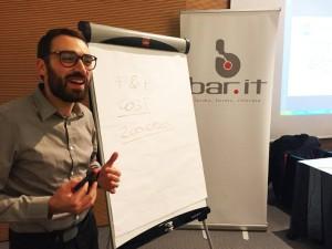 Tommaso Pieri mentre spiega il Food and Beverage cost