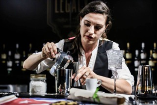 Laura Marnich mentre prepara il suo Patriota Cocktail