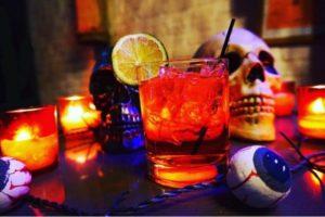 Un bar dedicato ai film di Tim Burton con piatti e cocktail a tema