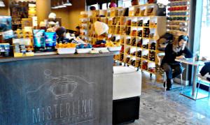 Un locale dove si beve caffè mentre si lavora a maglia