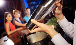 Uno degli stereotipi più classici vede il barman come un donnaiolo