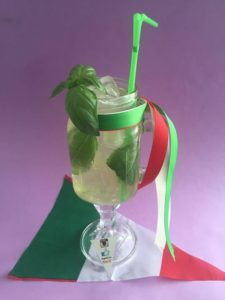 Un drink con il liquore al basilico