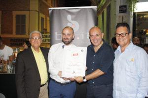 Diego Capitani (Bartender di Bar.it) mentre viene insignita del diploma di bartender del Ron Ligero Cubano