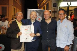 Fabio Renzetti (Bartender di Bar.it) mentre viene insignita del diploma di bartender del Ron Ligero Cubano