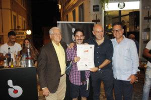 Alessio Ancillani (Bartender di Bar.it) mentre viene insignita del diploma di bartender del Ron Ligero Cubano