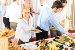 13764236-donna-d-affari-si-servire-a-societ-di-catering-servizio-a-buffet-archivio-fotografico