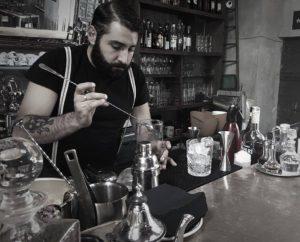 I suoi cocktail li definisce morbidi ed estrosi