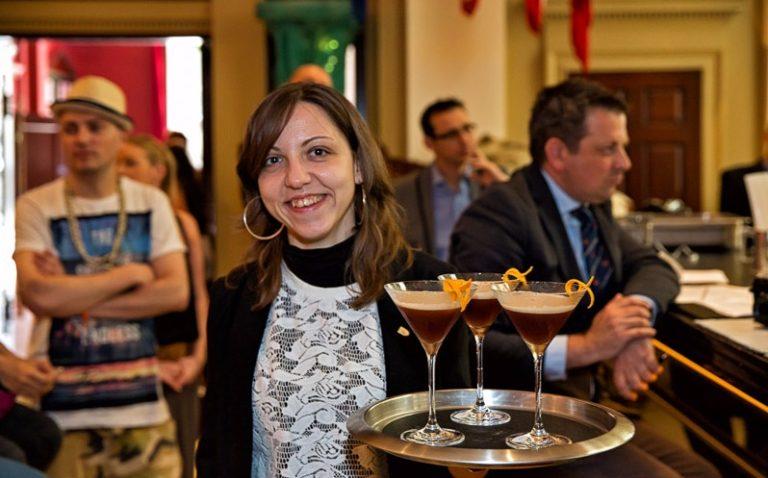 Claudia Carrozzi è una bartender che lavora a Londra