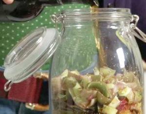 Una preparazione di liquore al carciofo homemade
