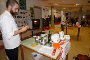 Giovani chef cucinano in ospedale con l'aiuto dei pazienti