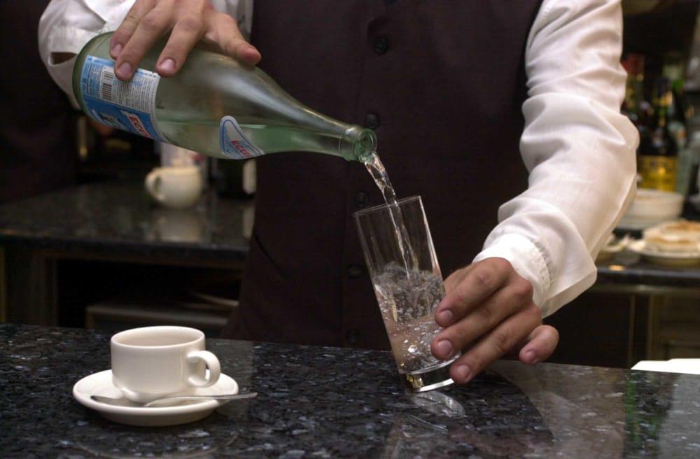 acqua e caffè al bar