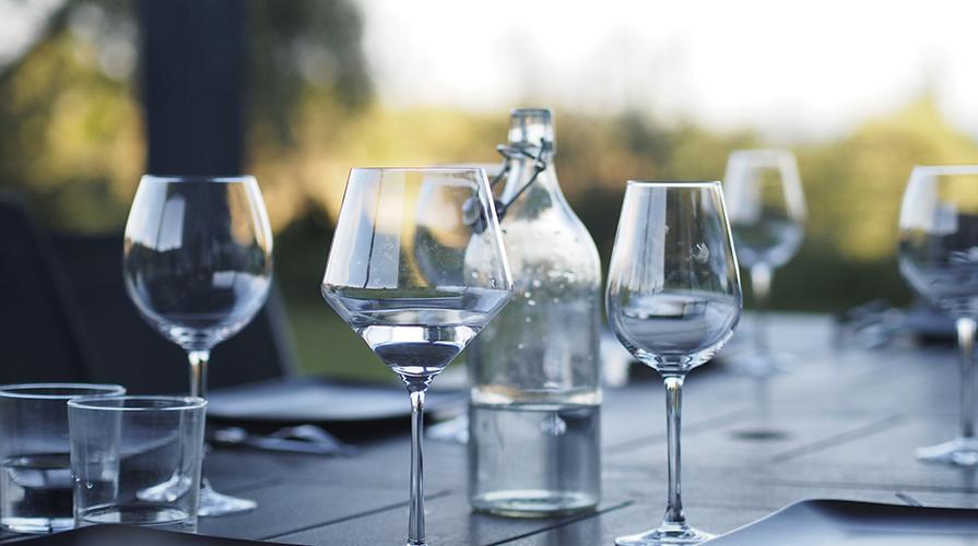bere acqua a tavola