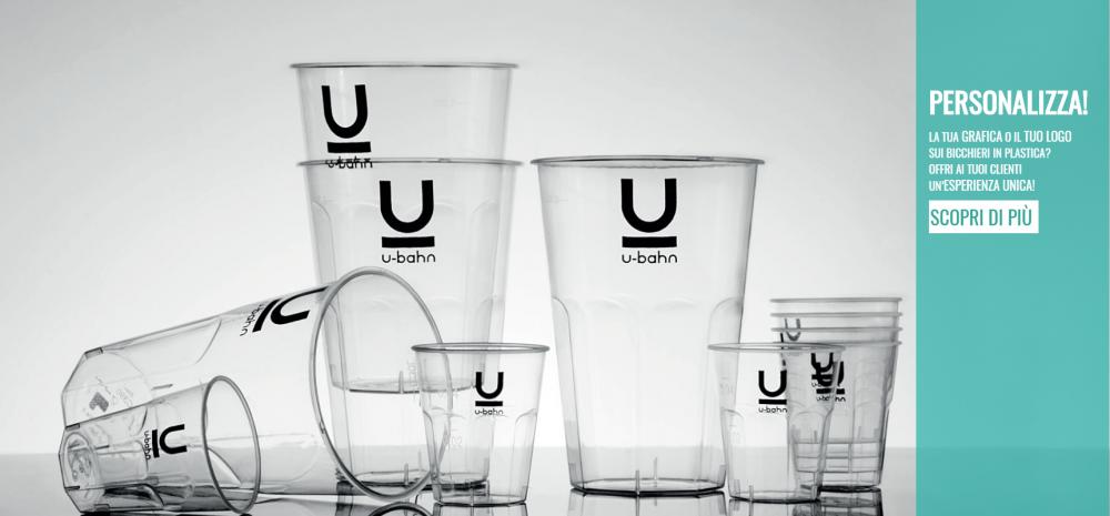 bicchieri di plastica al bar